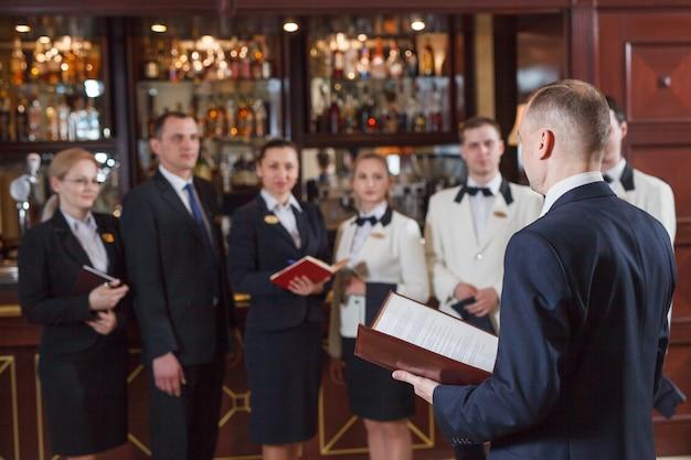 Personel odprawy w hotelu i restauracji.