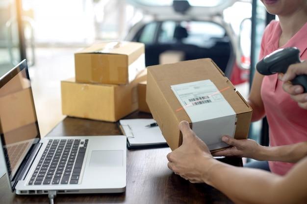 Personel pracuje razem, dostarczając pudełko