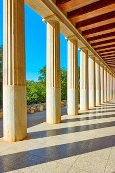 Perspektywa kolumnady z marmurowych kolumn klasycznych, ateny, grecja