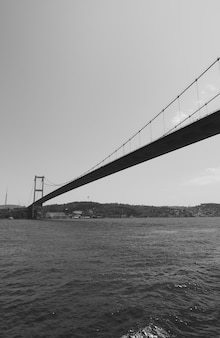 Perspektywa mostu fatih sultan mehmet nad cieśniną bosfor w stambule w turcji. czarny i biały