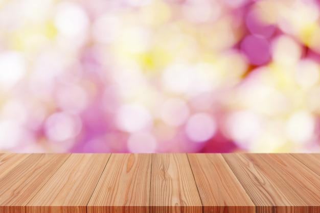 Perspektywiczny drewniany stół na górze nad rozmytym tłem, może być używany do wyświetlania produktów montażowych lub projektowania układu.