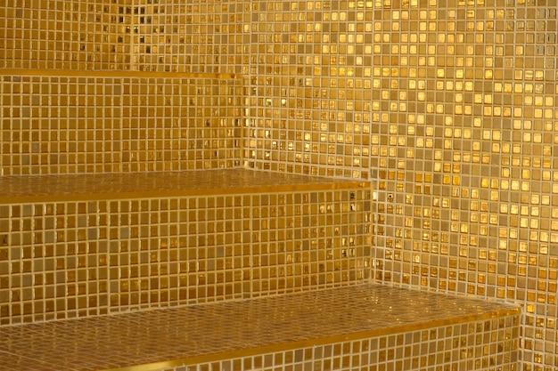 Perspektywiczny widok luksusowy złoty kwadratowy kształt płytki wzoru schodków tło.