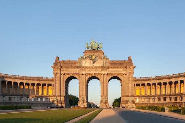 Perspektywiczny widok panoramiczny na łuk triumfalny z kolumnadą po obu stronach - główne wejście w park du cinquantenaire, bruksela, belgia