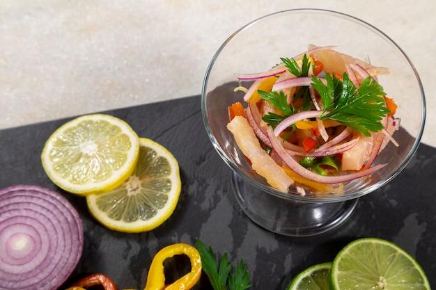Peruwiańskie ceviche to tradycyjne danie spożywane w peru. sposób przygotowania różni się od innych miejsc, przy użyciu cytryny, ryby, ziemniaków, cebuli, wodorostów, kukurydzy, chili, imbiru, mleka, batatów.