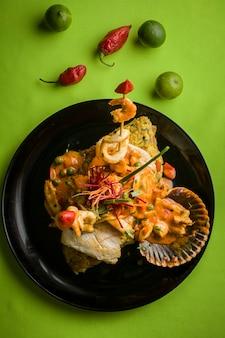 Peruwiańskie tradycyjne owoce morza smażona ryba ryż z owocami morza spocona ryba na parze ceviche sudado arroz con mariscos chicharron cabrilla