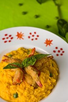 Peruwiańskie tradycyjne zielone spaghetti z owocami morza z krewetkami i krewetkami oraz risotto ceviche mariscos chicharron cabrilla