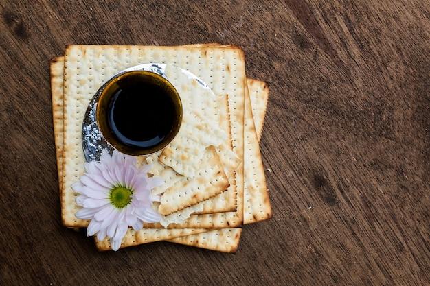 Pesach maca z winem i macą żydowskim chlebem paschalnym