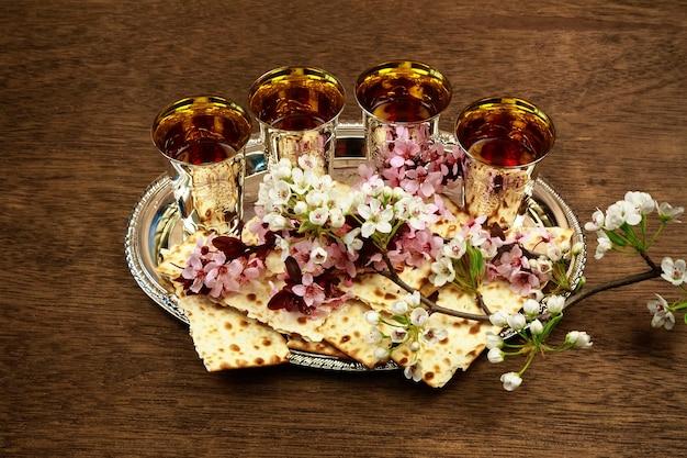 Pesach martwa natura z winem i macą żydowskim chlebem paschalnym