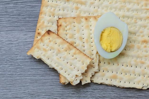 Pesach z macą i macą żydowskim chlebem paschalnym