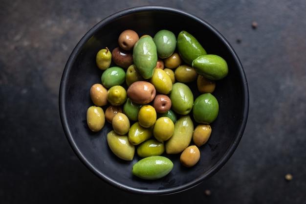 Pestki oliwki w talerzu na stole różne odmiany owoców wegańskie lub wegetariańskie