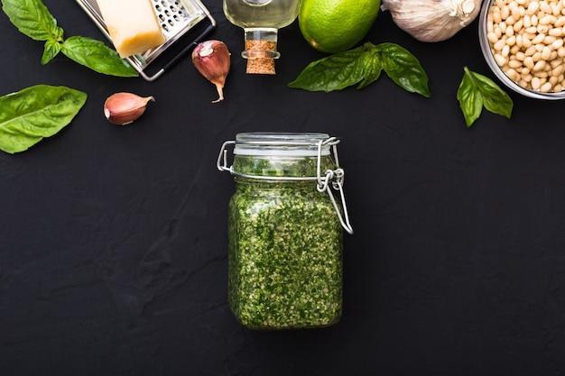 Pesto tradycyjny włoski sos w szklanym słoju