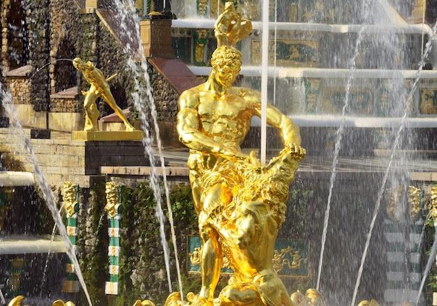 Peterhof sankt petersburg niżny park fontanna samsona rozdzierająca usta lwów