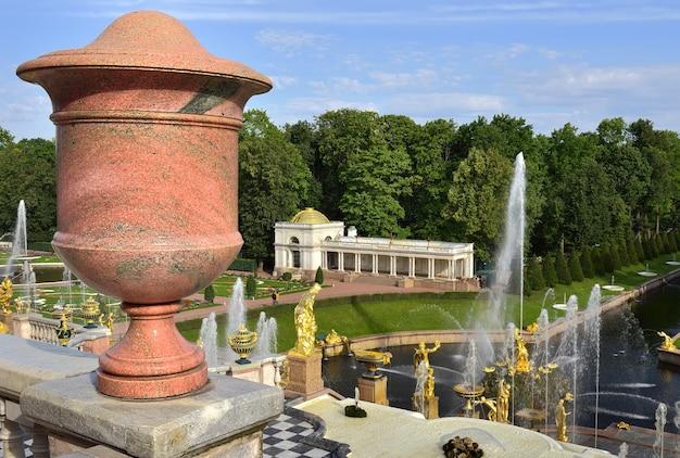 Peterhof sankt petersburg park niżny duża kaskada wodna granitowy wazon na tarasie