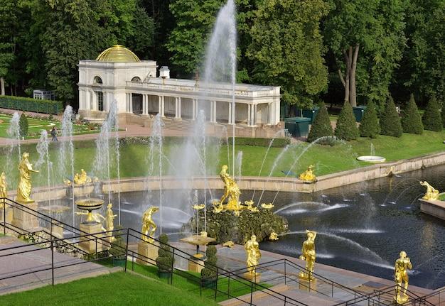 Peterhof sankt petersburg park niżny widok na wielką kaskadę wodną