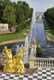 Peterhof sankt petersburg park niżny widok perspektywiczny na aleję fontann i kanał samsona