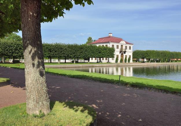 Peterhof sankt petersburg rosja09012020 niżny park marley palace z odbiciem na wodzie