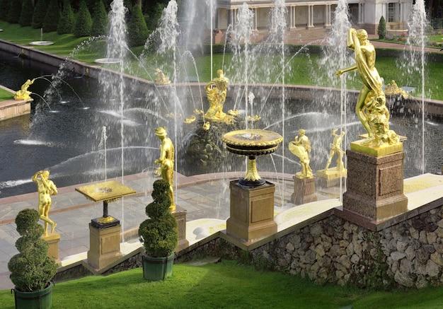Peterhof sankt petersburg widok wielkiej kaskady wodnej z tarasu wielkiego pałacu