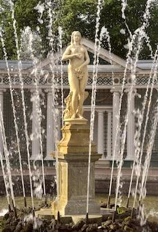 Peterhof sankt petersburgrosja09012020 niżny park fontanna eva