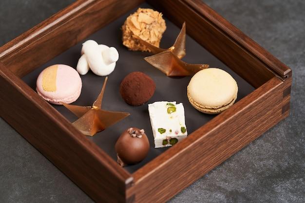 Petit four, walentynki pudełko z czekoladą. zestaw różnorodnych czekoladek