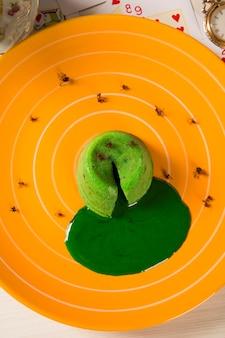 Petit gateau z zieloną mrówką sava.