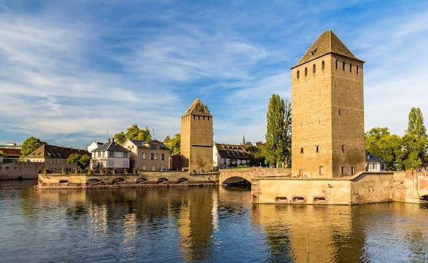 """""""petite france"""". obszar turystyczny w strasburgu we francji"""
