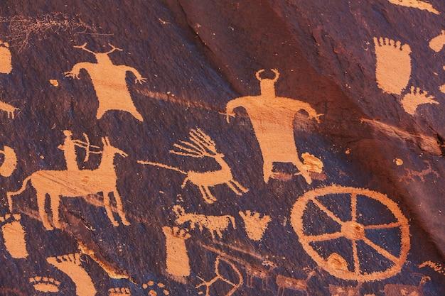 Petroglify na gazecie w parku narodowym canyonlands w stanie utah