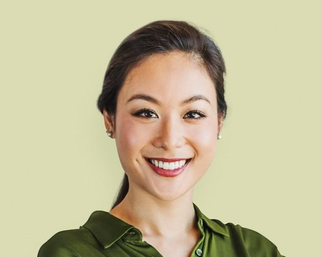 Pewna azjatka, portret twarzy kobiety, uśmiechnięta