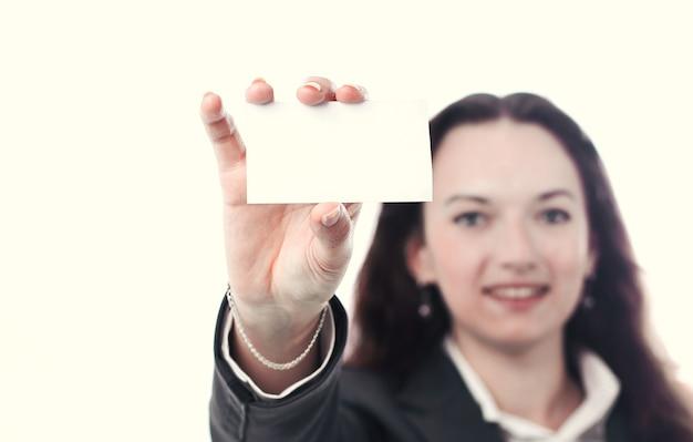 Pewna biznesowa kobieta pokazująca pustą wizytówkę