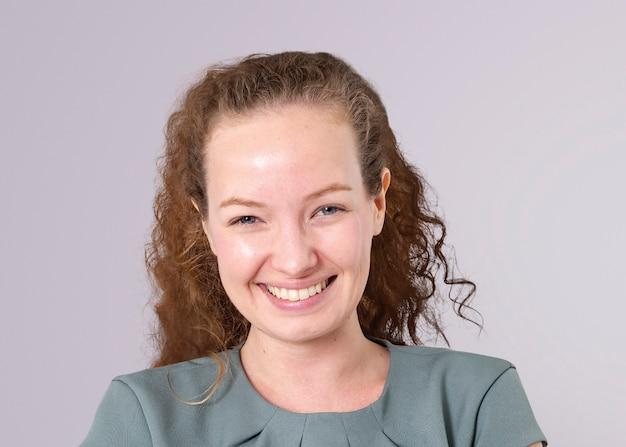 Pewna europejska bizneswoman makieta psd uśmiechnięty port zbliżenie