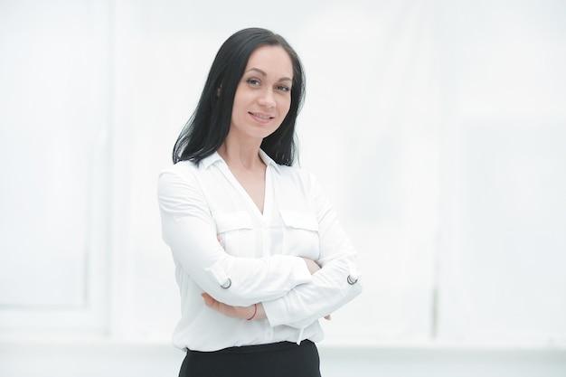 Pewna kobieta biznesu na tle okna biura