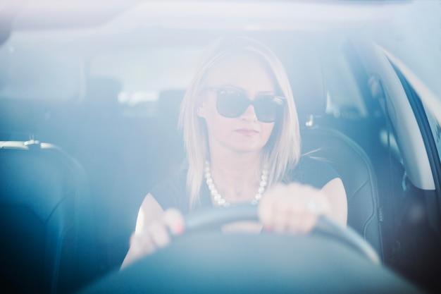 Pewna kobieta jazdy samochodem