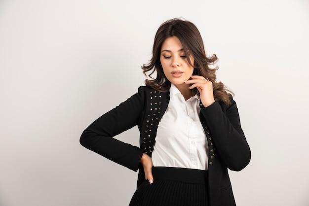 Pewna kobieta w czarnej kurtce pozuje
