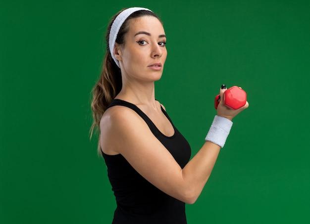 Pewna młoda, ładna sportowa dziewczyna nosząca opaskę i opaski na nadgarstki