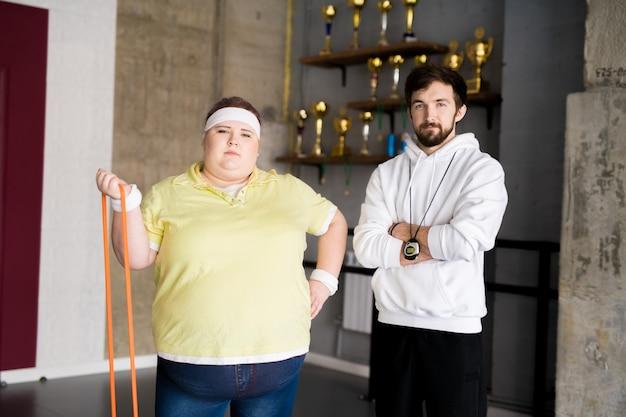 Pewna otyła kobieta w klasie fitness