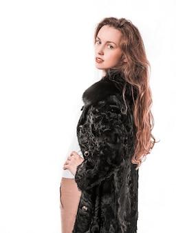 Pewna siebie biznesowa kobieta w czarnym płaszczu. na zdjęciu jest puste miejsce na tekst