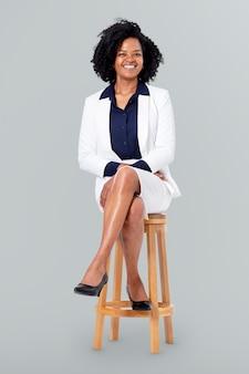 Pewna siebie bizneswoman siedząca na drewnianym stołku praca i kampania kariery