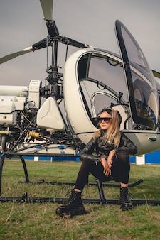 Pewna siebie blondynka animowana dziewczyna siedząca na płozach helikoptera