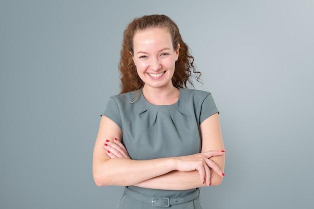 Pewna siebie europejska bizneswoman uśmiechający się portret zbliżenie do pracy i kampanii kariery