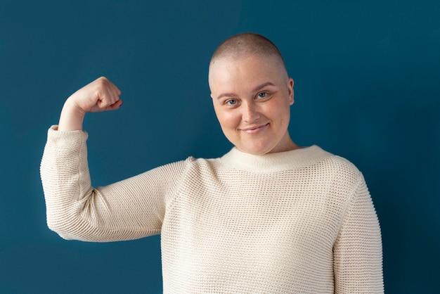 Pewna siebie kobieta walcząca z rakiem piersi