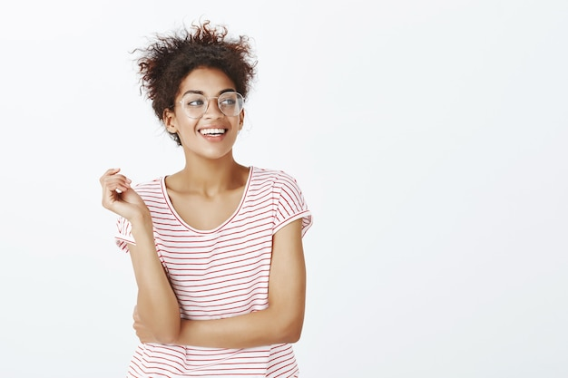 Pewna siebie kobieta z fryzurą afro pozowanie w studio