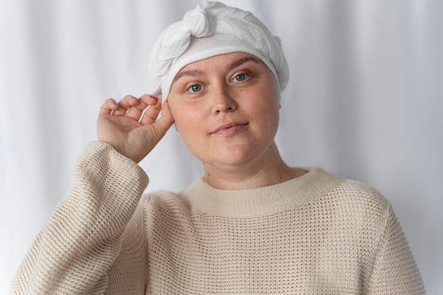 Pewna siebie młoda kobieta walcząca z rakiem