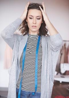 Pewna siebie projektantka odzieży w swoim salonie