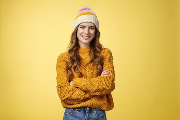 Pewna siebie zrelaksowana atrakcyjna wychodząca kaukaska kobieta w kapeluszu stylowy sweter krzyż ramiona pierś...