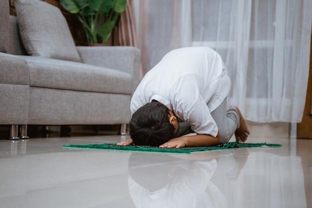 Pewne siebie muzułmańskie dziecko w koszuli koko