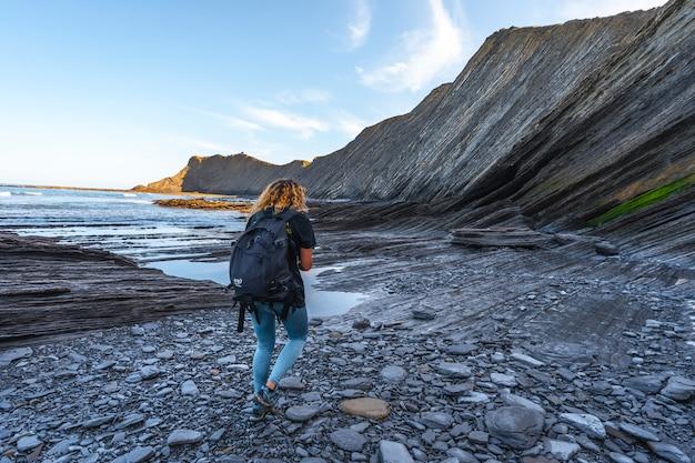 Pewnego ranka młoda kobieta spacerująca po geopark wybrzeża sakoneta