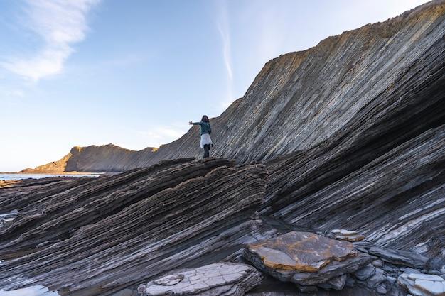 Pewnego ranka młoda kobieta w geoparku na wybrzeżu sakoneta
