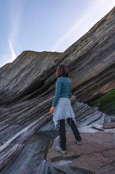 Pewnego zimowego poranka młoda kobieta patrzy na geopark wybrzeża sakoneta