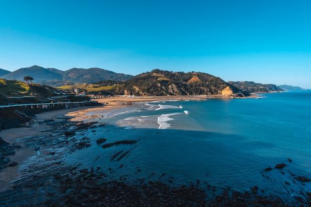 Pewnego zimowego poranka na plaży w nadmorskiej miejscowości deba guipúzcoa. kraj basków