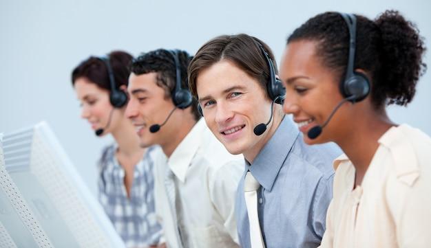 Pewni przedstawiciele obsługi klienta z zestawem słuchawkowym