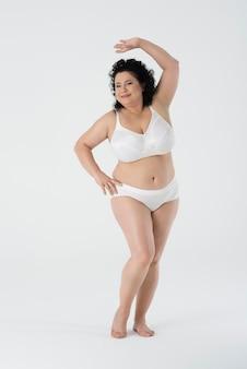 Pewnie kobieta stojąca w bieliźnie